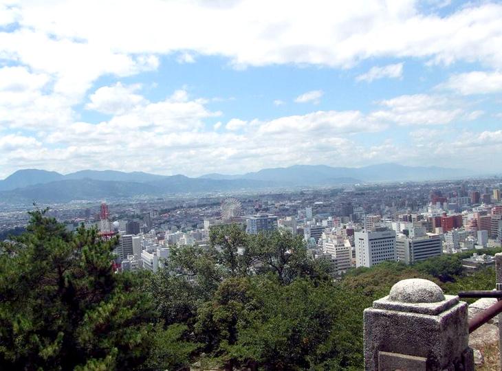 松山城から見た松山市内城下 右手前の高いビルが学会場の第一ホテル